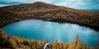 travel-aershan-shoes-lake-autumn