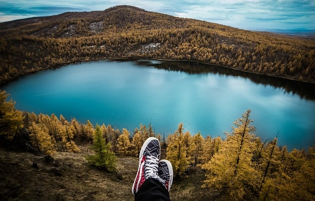 travel-aershan-shoes-lake-autumn
