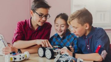 photo-happy-children-building-robot